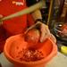 A főzőiskolában mindenféle trükköt megtanulhatunk, például a Díványon is tárgyalt gránátalma-bontást is kipróbálhattuk.