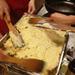 Ha kész a püré és a húsos zöldséges töltelék is, rétegeljük a kettőt egy sütőtálba