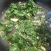 Pirítsa meg a fokhagymát és dobja rá a zöldségeket.