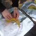 Szakavatott svéd kezek már bevágták a banánokat, kerülnek bele a csokikockák a résbe