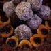 Kókuszgolyó kakaó nélkül, sárgabarack nyers kakaóval és meggyes desszert.