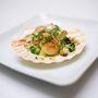 Langyos Szent Jakab-kagyló kovászos uborka salátával, magvas kenyérrel és frisé salátával