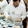 Michel Troisgrois éttermének három csillaga van, sokadik generációs séfként pakolja a dekort az ételekre.