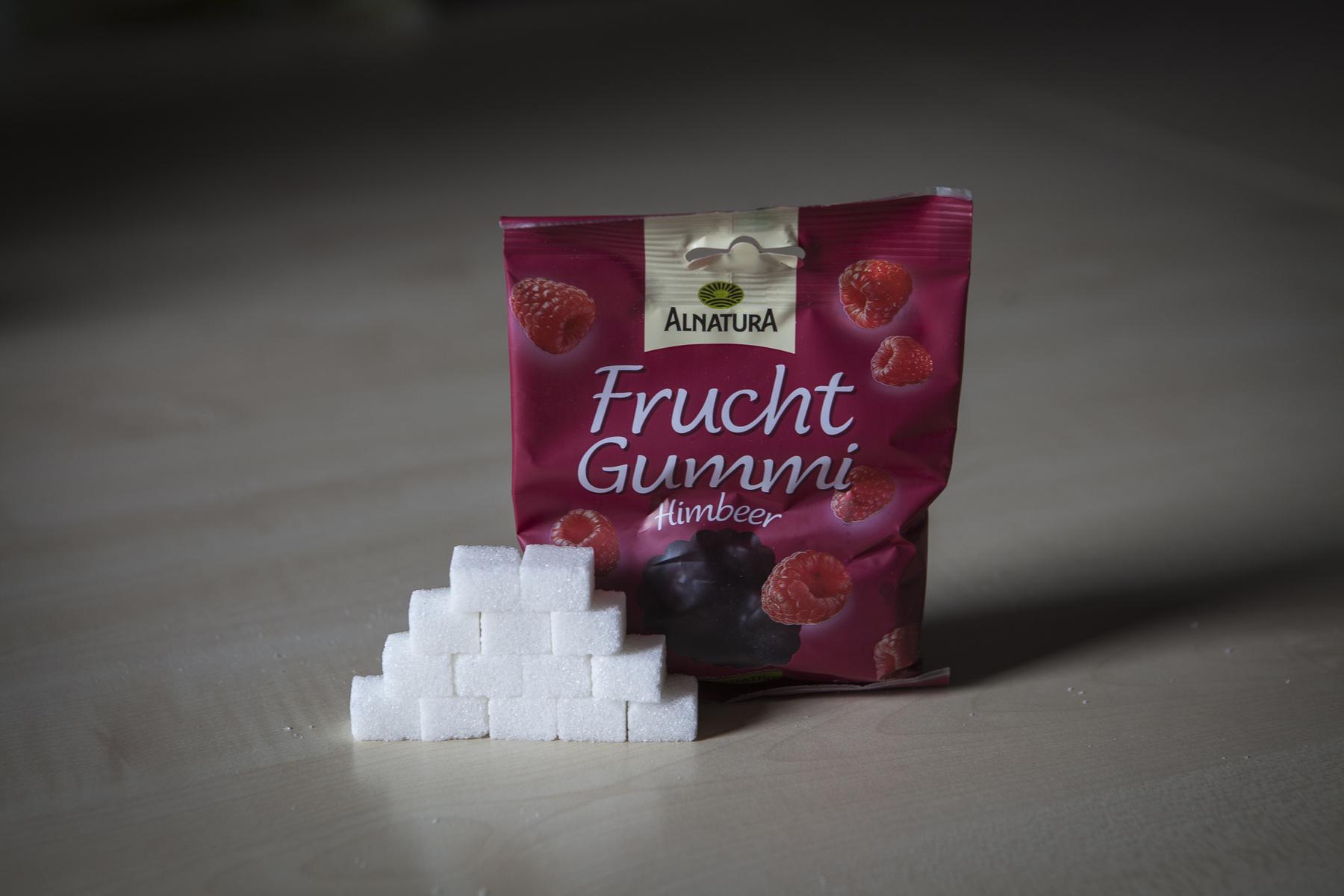 Ez a legjobb, hiszen csak víz.  De a fél literben 28,5 gramm cukor van, 7 egész kockacukor, és még két töredék kellett, hogy kimérjük.