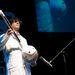 Tosa Nobumichi játszik saját tervezésű hangszerén.