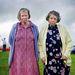 Kenneth O'Halloran, Írország / Fairground public - 3. díj, Portré kategória, sorozat.   Két asszony Muff vásárán, Cavan megyében. Az ír vásárok nem csak kereskedelmi alkalmak, hanem fontos közösségi és kulturális események, ahol például a hölgyek kedvükre kiöltözhetnek. Sok vásár elsősorban lóvásár, és ősi kelta nomád hagyományt követő vándorkereskedők rendezik.