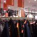 H&M, Westend: rendetlenül lógnak a leárazott holmik, a méretkeresés igazi kihívás.