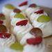 Fehércsokis sütemény eperrel vagy szőlővel