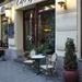 Vannak pozitív példák, mint a Gellért tér előtti pofás kávézó.