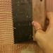 Egyszerűen csak el kell simítani a ragasztót, hogy mindenhol egyenletesen befedje a falat