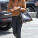 Chloe Moretz ugyan alig 16 éves, meglehetősen komoylan öltözött fel: egyszerű pulcsi, zárt cipő, mehet is az egyetemre.