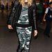 Heidi Klumnak fogalma sincs a visszafogott öltözködésről, kár hogy ezeket a ruhákat Rihanna tervezte a huszonéveseknek...