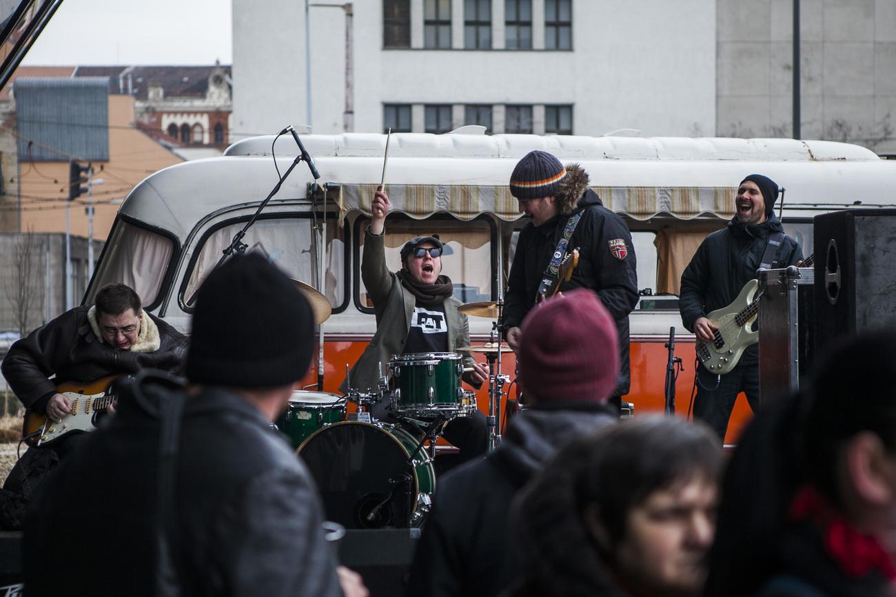 Retro busz, retro dalokkal, még  a Dögkeselyű betétdalát is eljátszották