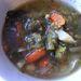 Nemsüti:  A leves egy picit több, mint előző nap. Összességében oké, nagyon díjazom, hogy nincs agyonütve ízfokozós kockával. Ha van is benne nátrium-glutamát, csak annyi, ami megmarad azon a szinten, hogy nem tudom eldönteni, azt érzem-e, vagy a sót. Bőségesen van benne zöldség, a zöldbab, répa puhára főzve, a tekintélyes mennyiségű szárzeller viszont ropog és enyhén szálas.