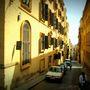 Lejtős utca a máltai Vallettában