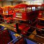 Kiszuperált emeletes buszok egy essexi garázsban