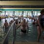 A gyógyvízes medencék hőmérséklete 32-38 °C-os,