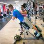 Hiperhajlítás: A gyakorlatot el lehet végezni a földön vagy fittlabdán is, de az edzőtermekben találhat erre alkalmas padot is.