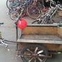 A lakók biciklijét senki nem bántja, igény szerint lehet válogatni az alkatrészek között.