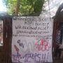 A kerítésen protestálnak a lakók a maradásért.