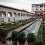 Bár a medencékkel, szökőkutakkal, mirtuszbokrokkal kialakított fantasztikus udvarok, és a stukkókkal, faragásokkal és légiesen könnyed mennyezetekkel rendelkező belső termek labirintusszerű rendszere már nem olyan buja mint egykor, még mindig bőven van mire rácsodálkozni - Granada, Alhambra