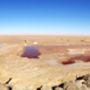 Chott el Djerid, az egész Szahara legnagyobb sóstava, nem messze az algériai határtól. A felszínen kikristályosodott só étkezési célokra is alkalmas, ezért itt több sóbánya is működik