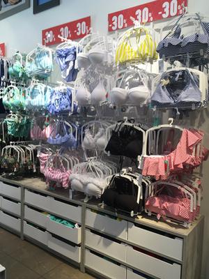 Zara: Leárazásnak itt sincs nyoma, mármint ami a fürdőruhákat illeti. Az egyrészesek ára: 6995 Ft