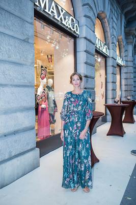 """""""Ha tehetem, kényelmes ruhákat, lapos cipőt és nadrágot hordok a hétköznapjaimon. A MAX&Co. ruháit régóta kedvelem, olasz a férjem, így hamar találkoztam a márkával, van is egy-két darabom tőlük. Ezt a türkizkék overált egyből kiszúrtam most az üzletben!"""" – meséli Osvárt Andrea, aki szintén hivatalos volt a hivatalos üzletnyitásra még nyáron."""