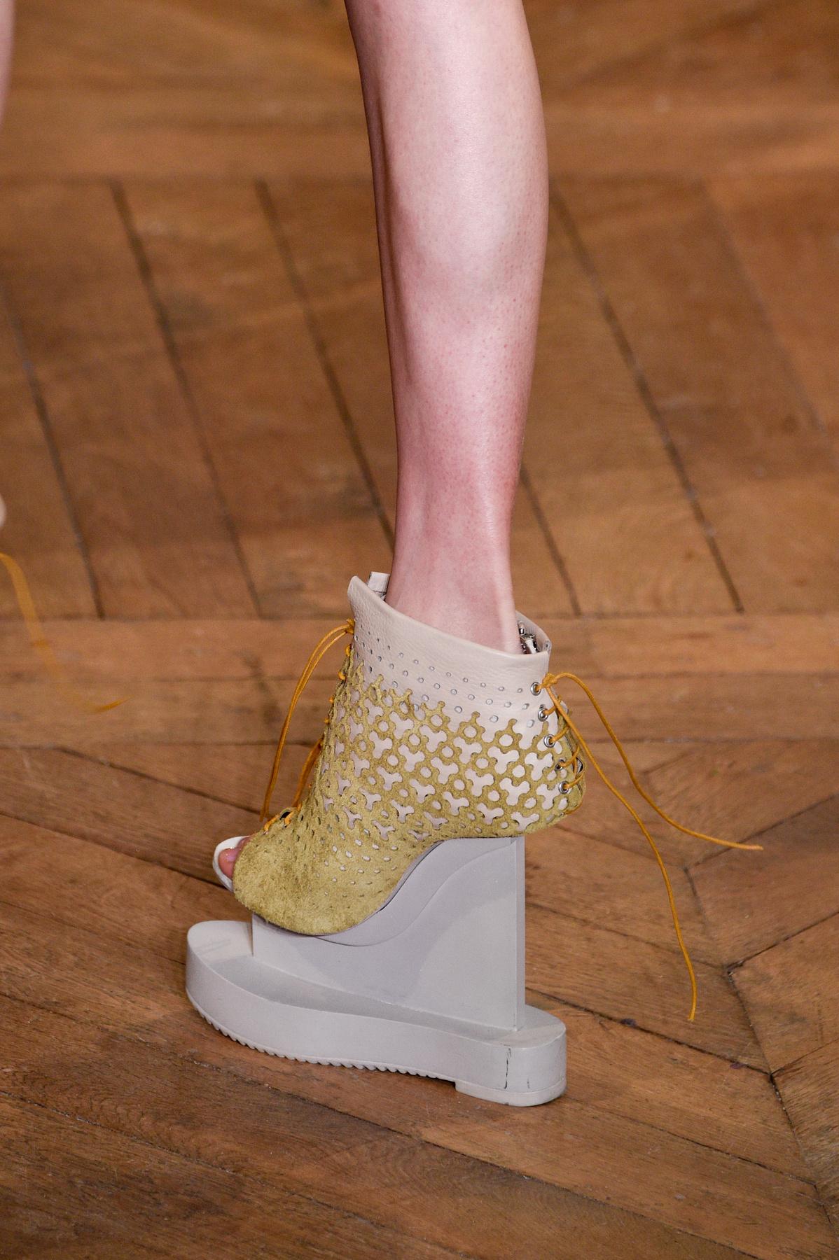 Iris Van Herpen is megreformálná a cipő piacot.