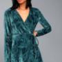 A Lulus webshopjában 49 dollárt, kb. 12.400 forintot kérnek ezért a zöldeskék átlapolós ruháért.