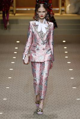 Várhatóan látjuk még ezt a rózsaszín nadrág kosztümöt is egy-két celebnőn.