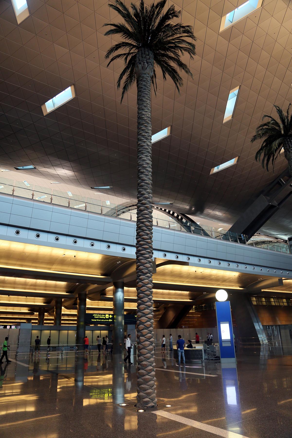 A világ egyik legjelentősebb nemzetközi tranzit-csomópontján két terminál felel a személyforgalomért. Az egyest a Lufthansa és annak partner légitársaságai használják, a kettes terminál pedig más társaságok gépeit fogadja.
