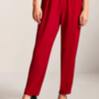 Valami miatt a gumírozott nadrág is menő 2018-ban. Egy ilyen piros nadrágért 10 dollárt, kb. 2600 forintot kell fizetni a Forever 21-ben.