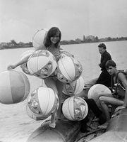 Nagyon szeretnénk tudni, hogy ennek a hölgynek miért volt szüksége ennyi strandlabdára ahhoz, hogy beszálljon egy gumicsónakba? (1970)