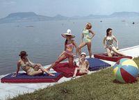 Nem, ez nem egy nagyon jól sikeült családi nyaralós kép, hanem a Palma Gumigyár reklámfotója. A kép bal szélén Pataki Ági és Ribárszky Edit, jobb szélen Pogány Klári látható. (1969, Bélatelep környéke)