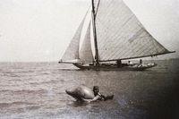 A lényeg, hogy azok is betöltötték a funkciójukat, vagyis lehetett úszni a hátukon. (1935)