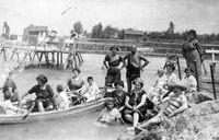 Csoportkép 1912-ből, Balatonalmádiból. A bikinik korszaka még messze van.