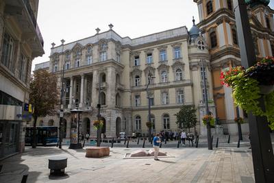 Emléktábla jelzi a házat, ahol egykor Ady és Csinszka éltek.