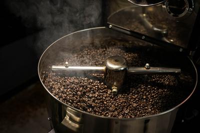 A kávé pörkölés előtt zöldes színű és kisebb, mint ahogy azzal a zacskóban találkozunk. Pörkölés-hevítés hatására nő meg a térfogata.