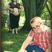 Mi a durvább? Az előtérben a babát vonatoztató báty, az anya mögé bújó apa, vagy az anya tekintete