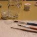 Ezek a kellékek: üveg, ecset és festék.