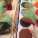 Festékezze össze a darabokat. Jó vastagon kerüljenek rá a színek.
