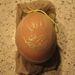 Csomagolja be a tojást egy harisnyába, hogy a helyén maradjon a minta.