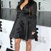 Egy Kardashian szett, akinél mostanság dominál a fekete. Pont aznapi a fotó, mint Katalin előző képe.