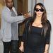 Kim Kardashian leginkább egy anyahajóra hasonlít ebben a másik fekete szerelésben.