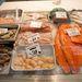 további halak. A lazac kilója 22 euró (kb 6500 forint), a vörös tonhal viszont 40 euró  (majdnem 12 ezer forint).