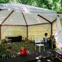 Óriási sátor, játékokkal és egy gyerekkel. Ebédidőben jártunk arra.