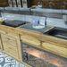 A durva fa kialakítás lenyűgöző, ám talán a mosogató körül nem túl praktikus ilyet használni vízzáró réteg nélkül