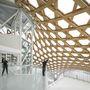 A kultúrális központot és galériát egy kínai kalapra emlékeztető tető fedi.