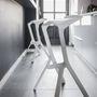 A konyhabútor fehér és fényes felületéhez jól passzol a fekete matt festék.